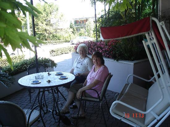 Hotel Giardinetto: Hotel front porch