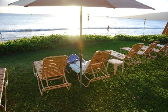 Kihei Kai Oceanfront Condos: Lounge area next to beach