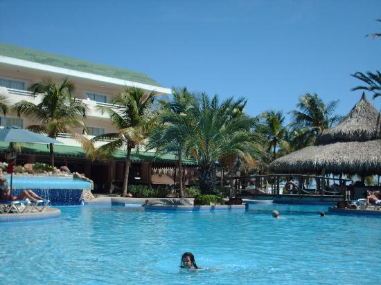 Isla Caribe Beach Hotel: disfrutando la piscina