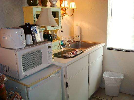 Island Breeze Inn: Kitchenette