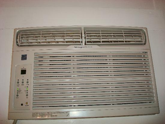 Island Breeze Inn : AC unit