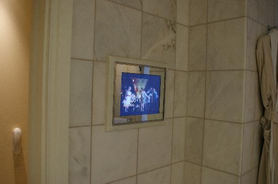 Mandarin Oriental, Munich: Fernseher im Bad