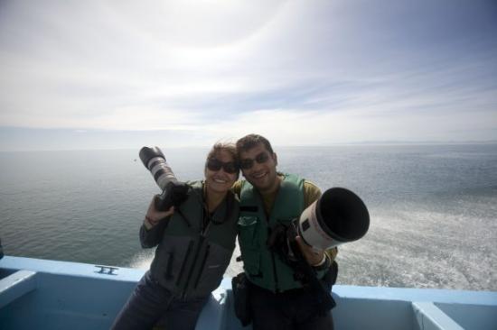 Guerrero Negro, Mexico: Mi buen amigo Memo y yo intentando 'cazar' con el lente a las juguetonas ballenas en Guerrero Ne