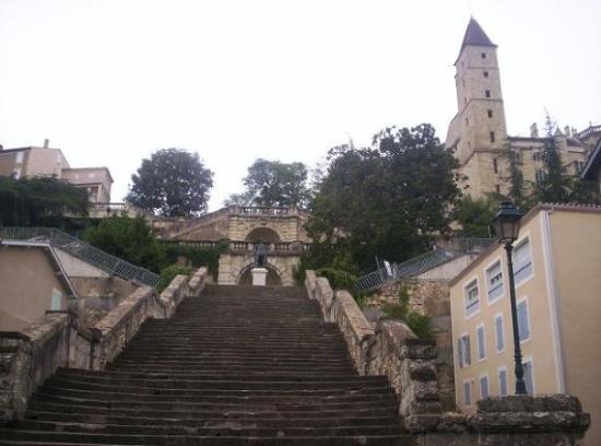 ออช, ฝรั่งเศส: Auch : l'escalier monumental et la statue de D'Artagnan