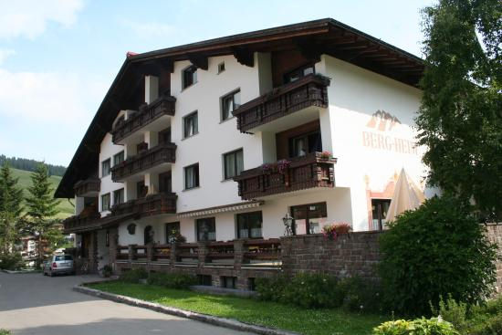 Hotel Bergheim: Outside of hotel