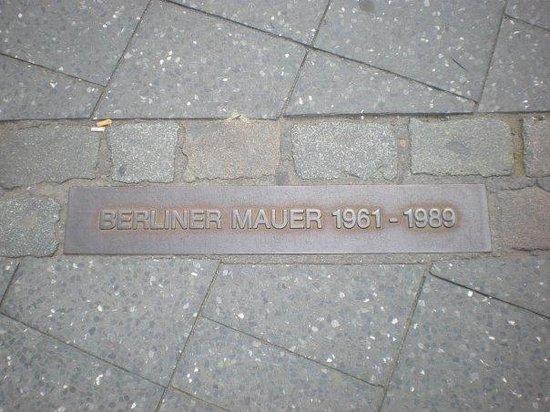 plaque du mur de berlin picture of memorial of the berlin wall berlin tripadvisor. Black Bedroom Furniture Sets. Home Design Ideas