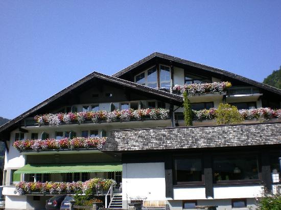 Mellau, Austria: Hotel Kreuz joliment fleuri