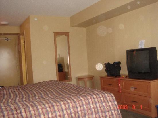 Days Inn - Orillia: small mirror and dated TV