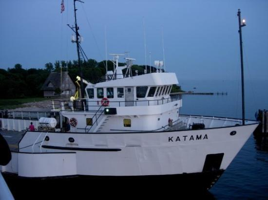 Vineyard Haven, MA: This was docked next to the ferry from Vinyard Haven.