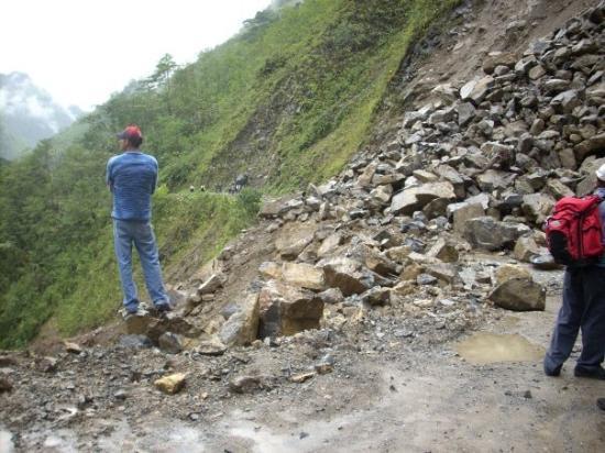 Yanachaga Chemillen National Park, Perù: derrumbe en via Oxapampa-Pozuzo 10 am. La zona estaba dentro del Parque Nacional Yanachaga-Chemi