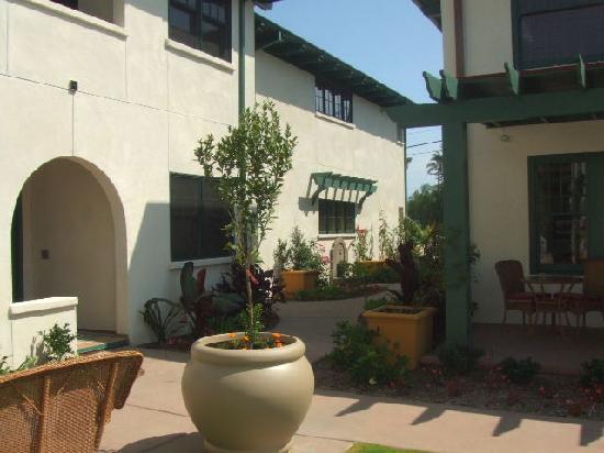 1906 Lodge: Courtyard 2