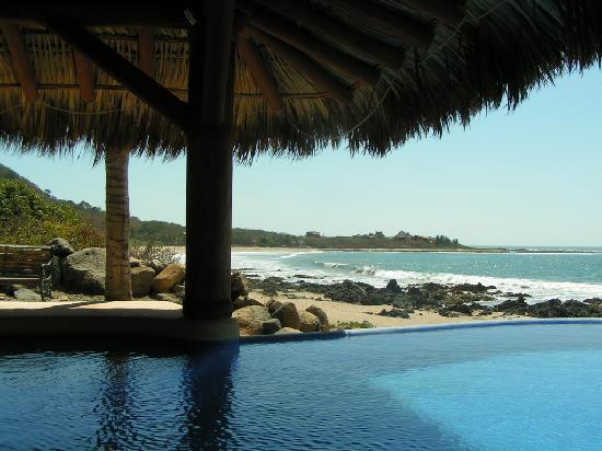 Casa Manzanillo: pool and beach