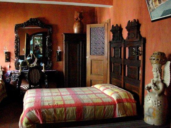 Posada San Sebastian: Modern comforts & Guatemalan antiques - Posada bedroom