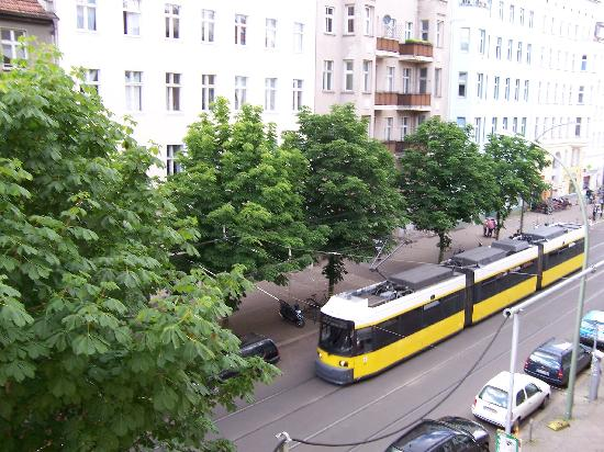 Hotel Pension Kastanienhof: tram that runs in front of hotel