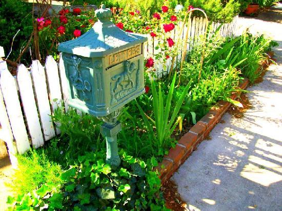 ميزون لافاين: the mailbox