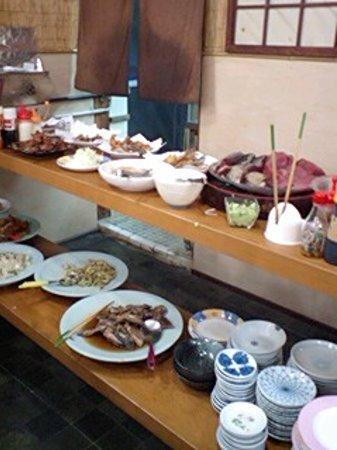 Nimaiya: 沖縄料理がメインです。おつまみ系も豊富。