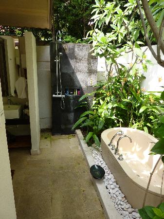 Amara villa de stress amara sanctuary resort sentosa for Indoor outdoor bathroom design ideas