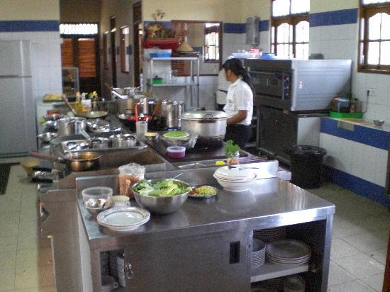 Puri Lumbung Cottages: The kitchen at Puri Lumbung