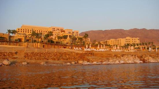 โรงแรมเคมปินสกี้ อิชทาร์ เดดซี: Hotel from the water - Kempinski Hotel Ishtar Dead Sea