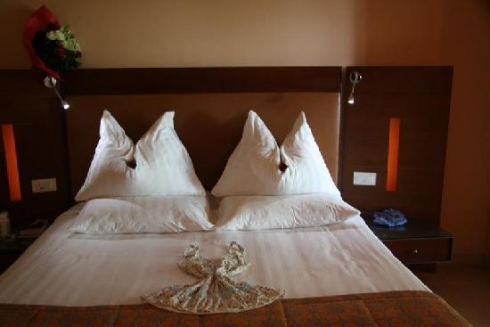 โรงแรมเคมปินสกี้ อิชทาร์ เดดซี: Fresh flowers in room - Kempinski Hotel Ishtar Dead Sea