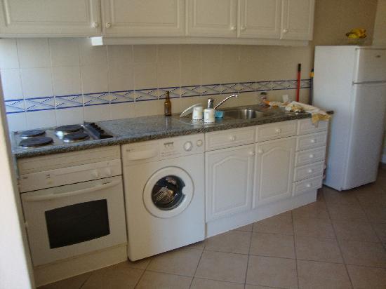 Apartamentos Castelos da Rocha: Kitchen