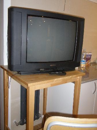 Hostal Waves : TV (junto la cocina)