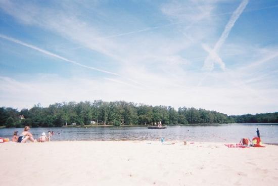 La Ferme du Lac : Local lake & beach