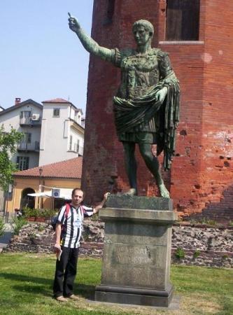 Turim, Itália: Auguste, statue d'origine... et encore intacte.
