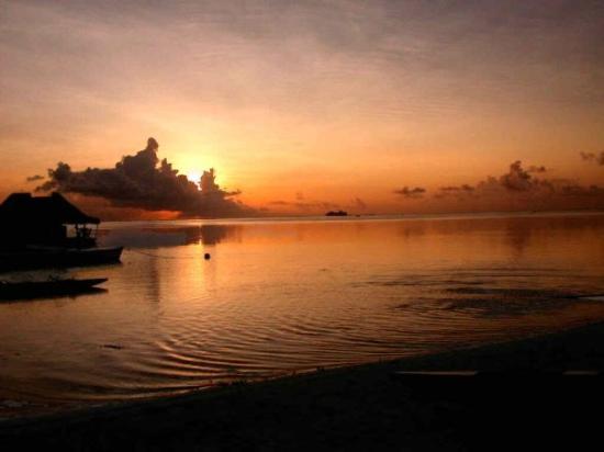 โมโอเรอา, เฟรนช์โปลินีเซีย: Coucher de soleil à Moorea depuis le Tiki village.