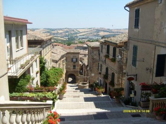 Corinaldo, Italia: una delle più belle 100 scale d'Italia