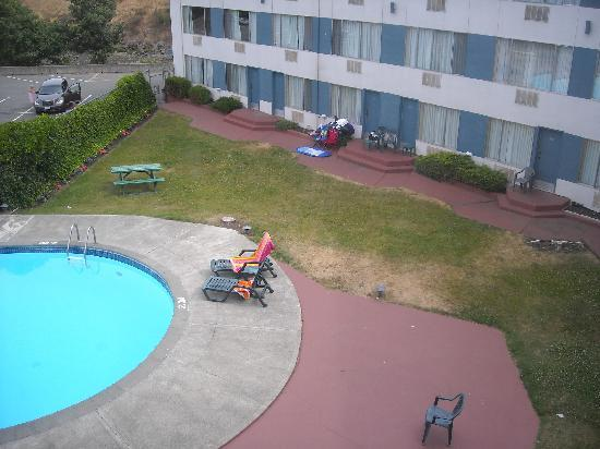 Howard Johnson Hotel - Nanaimo Harbourside: No fence between room doors and deep end
