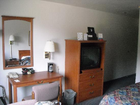 Super 8 Port Angeles : TV close to bed