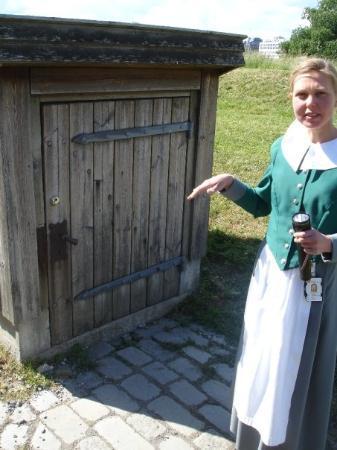 ปราสาทและป้อมปราการอาเคอรร์ชูส์: Our Norwegian tour guide lady, Anne, she took us into the recently discovered basement area wher