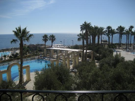 โรงแรมฮิลตันมอลท่า: View from balcony looking right.