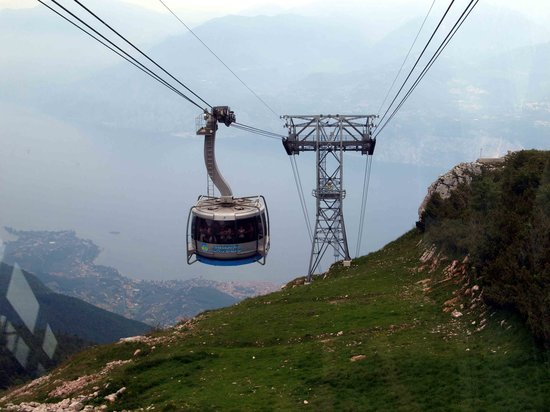 Μαλτσεσίνε, Ιταλία: View from the cable car descending Mount Baldo, Malcesine