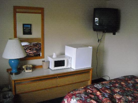 Economy Inn Reedsport: Bed close to TV