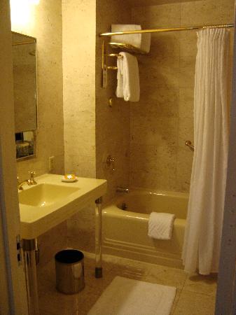 โรงแรมวัลดอร์ฟแอสโตเรีย: one of two baths