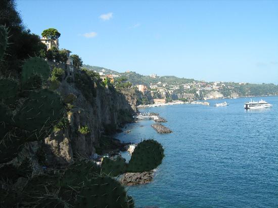 Sant'Agnello, Italy: ancora un tratto di costa scendendo a mare