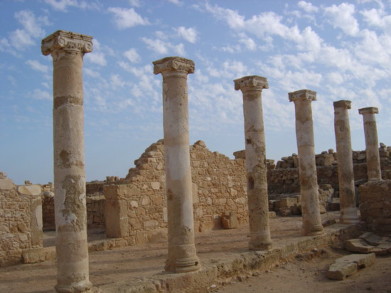 Pafos, Chipre: ruins at Paphos harbour