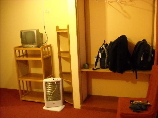 Totorani Inn : TV and Shelves