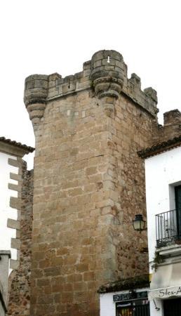 Cáceres, España: Torre de los Pulpitos. De planta cuadrada y construida con sillería granítica, está orientada h