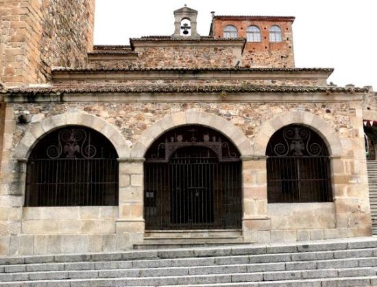 Cáceres, España: Ermita de la Paz. Iglesia adosada a la torre de Bujaco y próxima al lienzo oeste de la muralla,