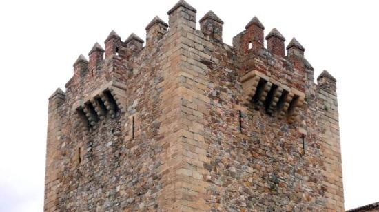 Cáceres, España: Detalle de la Torre Bujaco. La torre aparece rematada por almenas, dos matacanes laterales y un