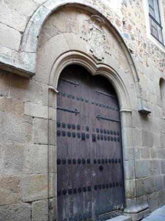 Cáceres, España: Fachada lateral del Palacio Episcopal. La fachada lateral, gótica del s.XV, es de cantería y ti