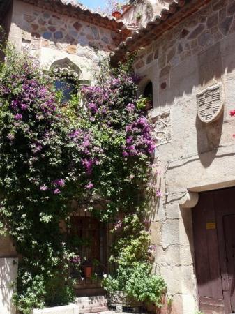 Cáceres, España: Rincón del Hospital de los Caballeros. El pequeño rincón se forma con la fachada principal y un