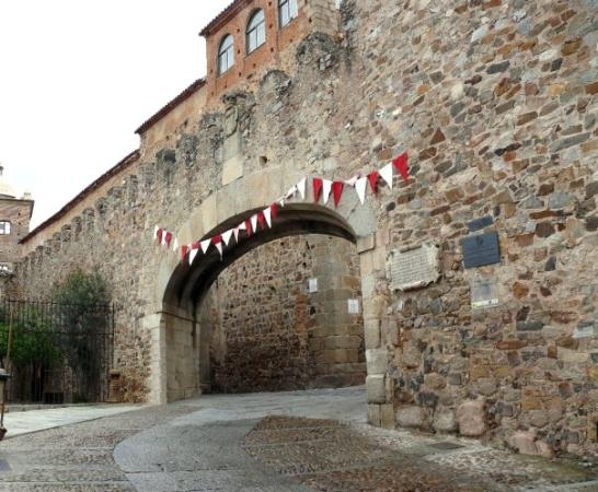 Arco de la estrella es la puerta principal de entrada al - Hotel puerta del arco ...