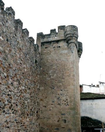 Cáceres, España: Torre de los Pulpitos. Esta torre es marcadamente cristiana, sus saeteras en forma de cruz y su