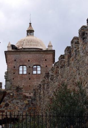 Cáceres, España: Detalle de la torre cuadrada del Palacio Toledo-Moctezuma. Actualmente el Palacio es sede del A