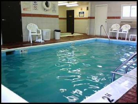 Econo Lodge : pool and hot tub