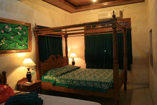 ซาเนีย บังกะโล: Bedroom with attached toilet